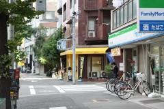 2.コンビニと喫茶店の間を右